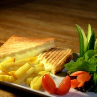 Parmak patates, beyaz peynir, zeytin ezmesi, domates salatalık söğüş