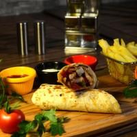 Tortilla ekmeği arasına sotelenmiş jülyen bonfile parçaları, renkli biberler, mantar, soya sosu, cheeddar peyniri, elma dilim patates