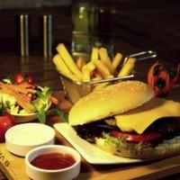 200 gr hamburger köftesi, dana jambon, cheddar peyniri, kornişon turşu, karamelize soğan, domates, yeşillik ve elma dilim patates