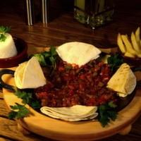 Dana kuşbaşı et, küp doğranmış renkli biberler, domates, pul biber, kekik, pilav, patates