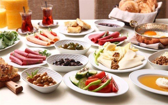 Yeniköy F. Erdilli Gourmet Slow Food'da Boğaz Manzarasına Karşı Serpme Kahvaltı Keyfi